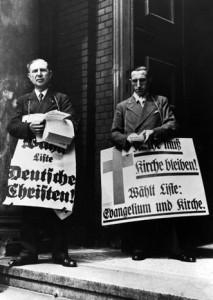 """Wahlkampf zwischen den Deutschen Christen und der Liste """"Evangelium und Kirche"""" in Berlin, Juli 1933 (bpk)"""